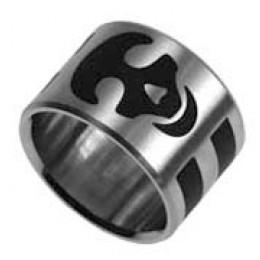 Stahlring mit schwarzem Totenkopf Motiv